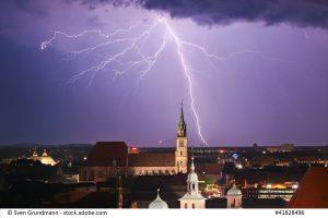 Blitzeinschlag in der Nähe eines Kirchturms